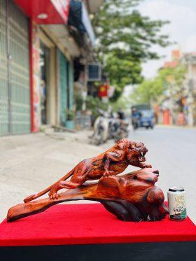 Tượng hổ săn mồi gỗ trắc đỏ đen ngang 60cm - 1