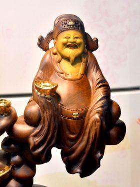 tượng thần tài ngồi gỗ bách xanh nguyên khối đẹp cận mặt